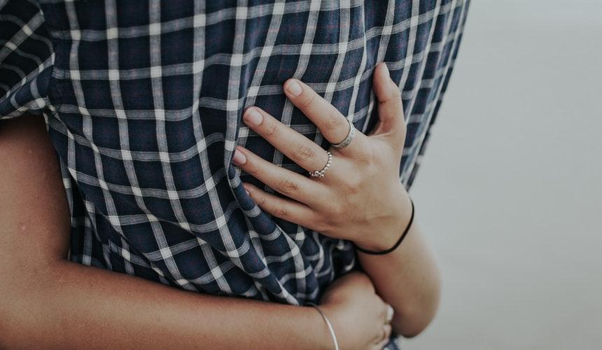 Štúdia potvrdila, že objatia od partnerov prospievajú zdraviu žien. / Foto: Unsplash