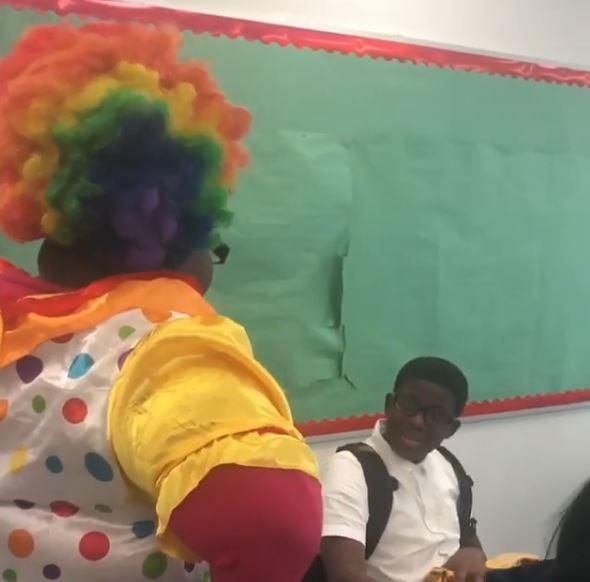 Mama zahanbila syna pred triedou svojím vystúpením, lebo sa správal v škole ako klaun. Mama mu povedala, že ak sa tak bude správať, bude takto vedľa neho v škole sedieť každý deň. / Zdroj: Facebook