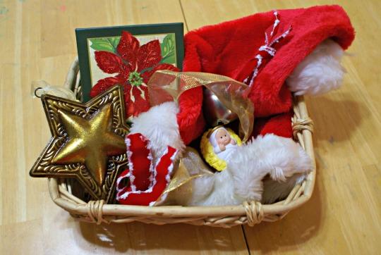 Hádanie vianočných predmetov podľa hmatu z misiek. / Zdroj: ourmontesorihome.com