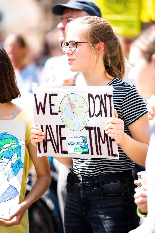 Aktivizmus mladých im umožňuje prejaviť svoj postoj a ukázať svoju zodpovednosť s dôrazom na niektoré témy. / Zdroj: Pexels