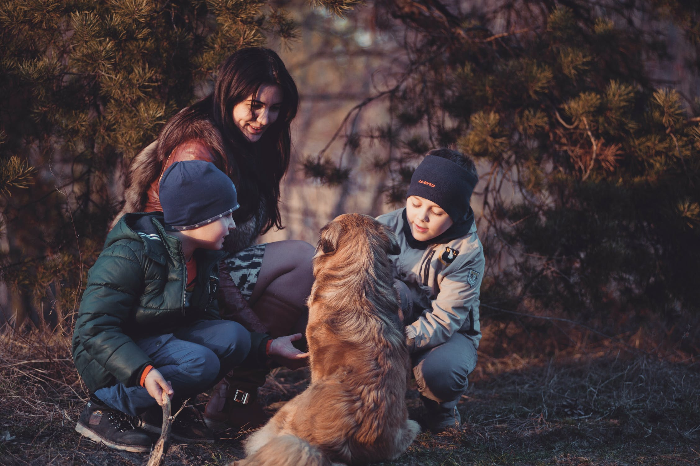Kvalitným časom s deťmi môže byť aj prechádzka so psom, kedy sa rozprávate a vnímate naplno jeden druhého. / Zdroj: Pexels