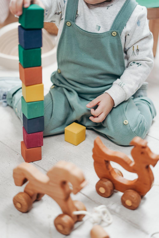 Jeden z princípov montessori hovorí aj o tom, že je dôležité neprerušovať činnosť dieťaťa, kedy si trénuje svoju schopnosť sústredenia. / Foto: Pexels