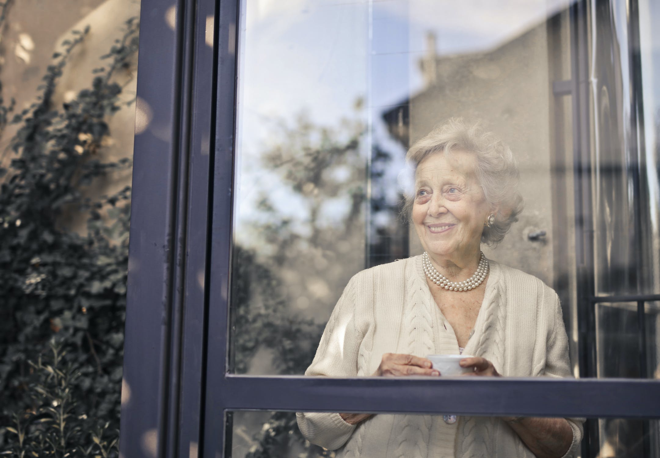 Starých rodičov nesmierne potešíte, ak im prídete zamávať aj pod okno, prípadne niečo chutné prinesiete. / Zdroj: Pexels