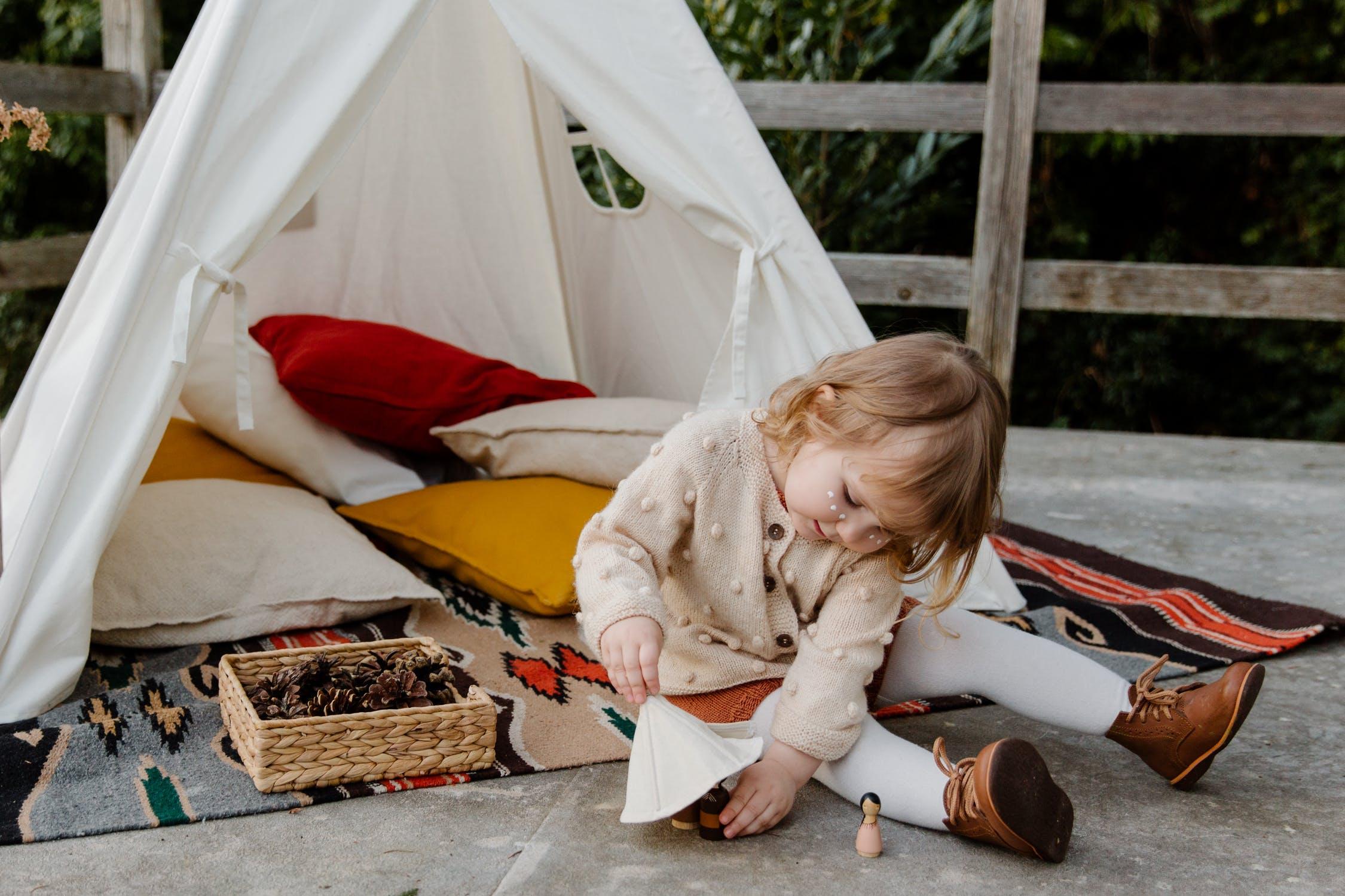 Deti majú v predškolskom veku obdobie, kedy radi triedia rôzne predmety. / Zdroj: Pexels