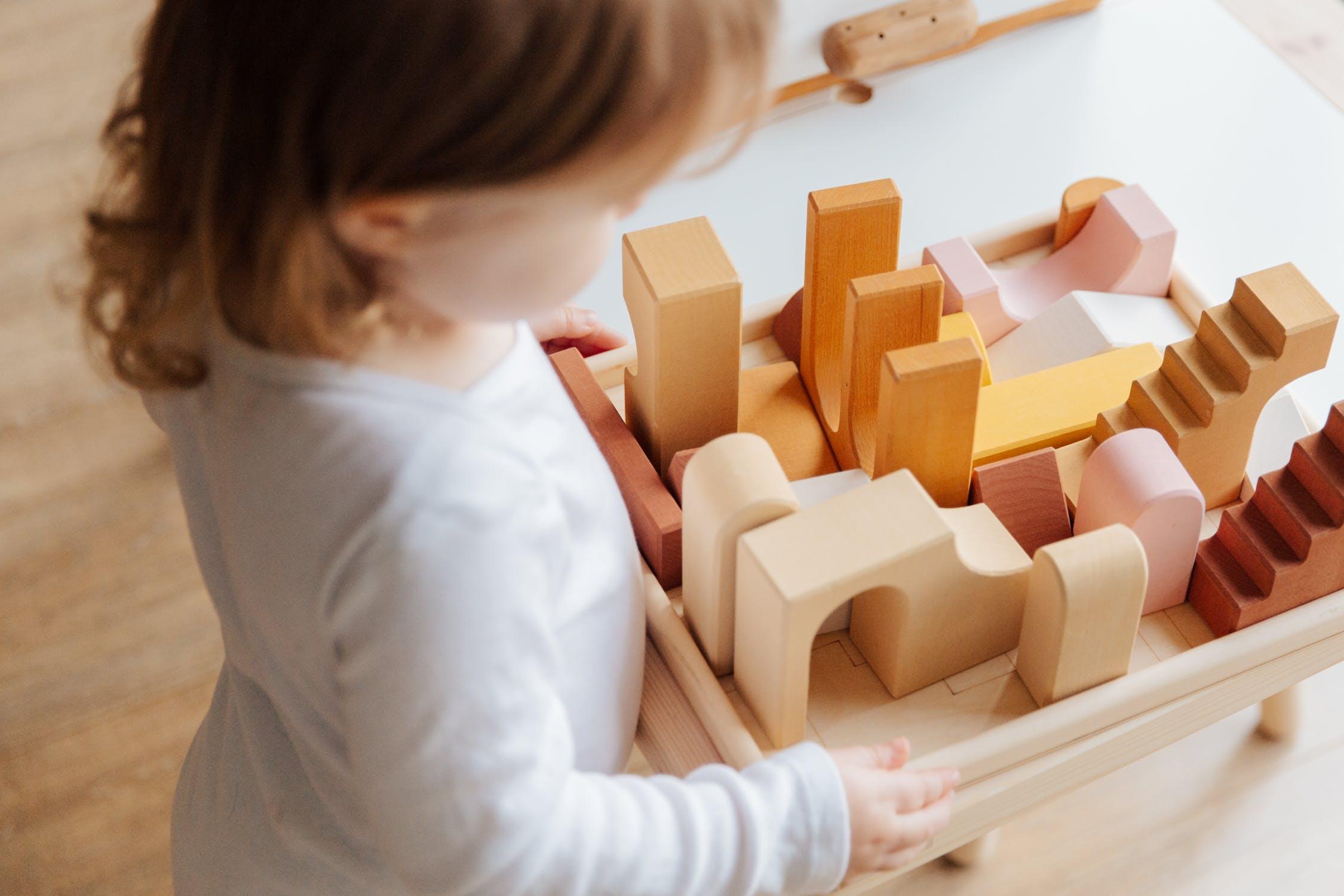 Deti v istom období milujú poriadok a všetky predmety budú ukladať na svoje miesto. / Zdroj: Pexels