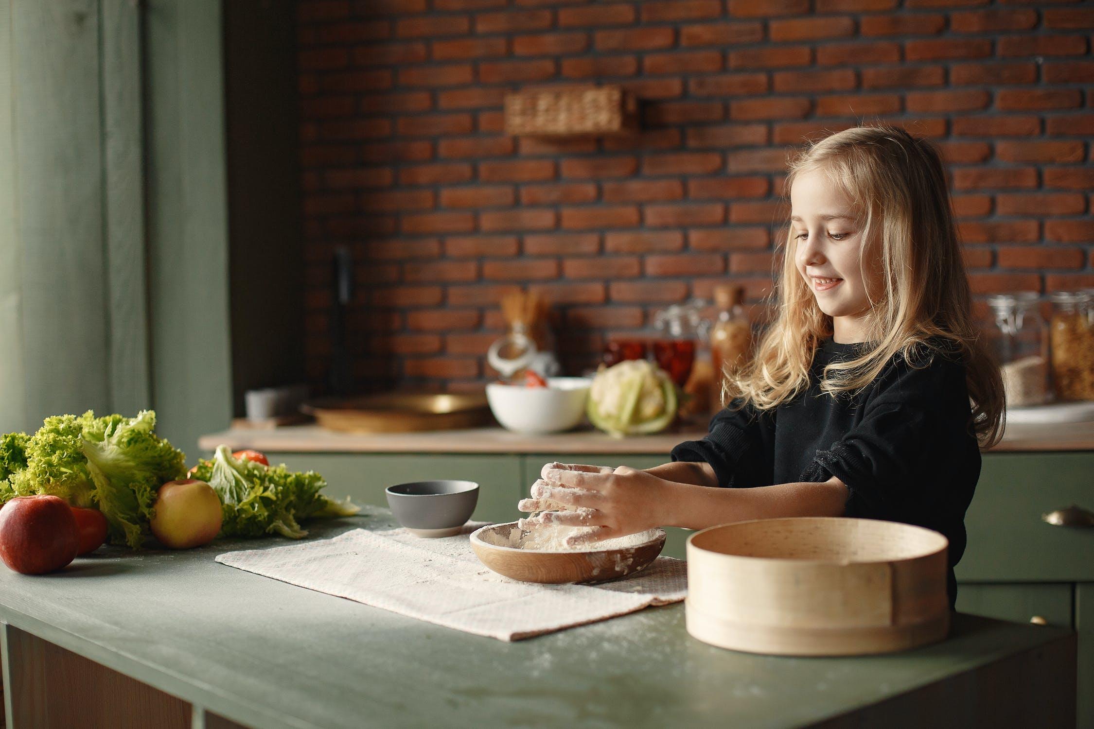 Zapojte deti do prípravy jedál. / Foto: Pexels