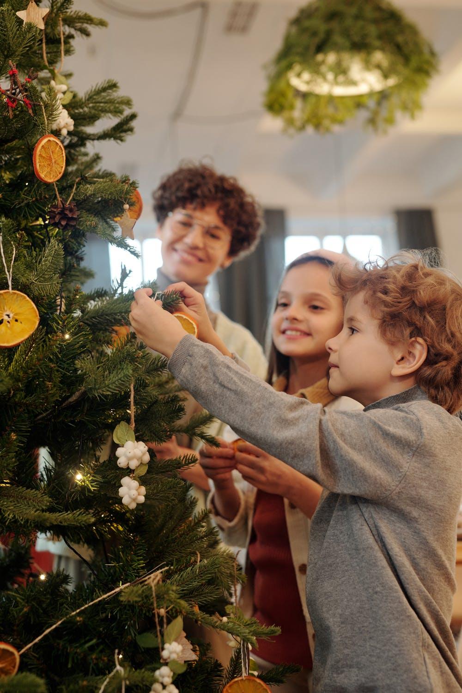 Zdobenie vianočného stromčeka v dostatočnom predstihu / Zdroj: Pexels