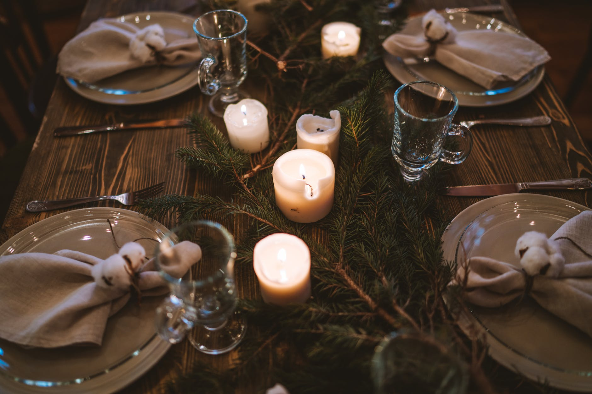 Inšpirácia na vianočné prestieranie - prírodné dekorácie / Zdroj: Pexels