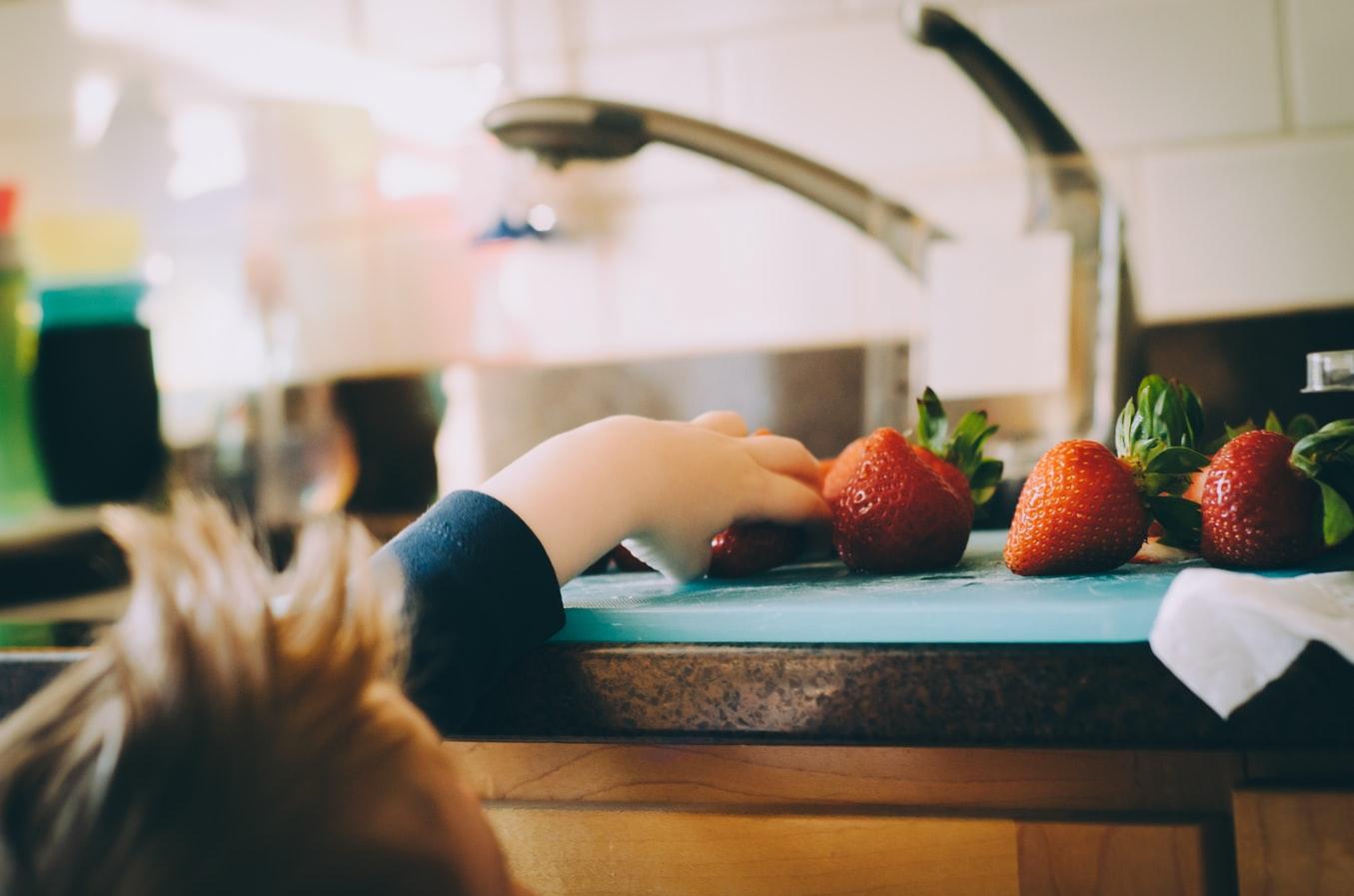Dovoľte deťom potraviny dokonale preskúmať. / Zdroj: Unsplash