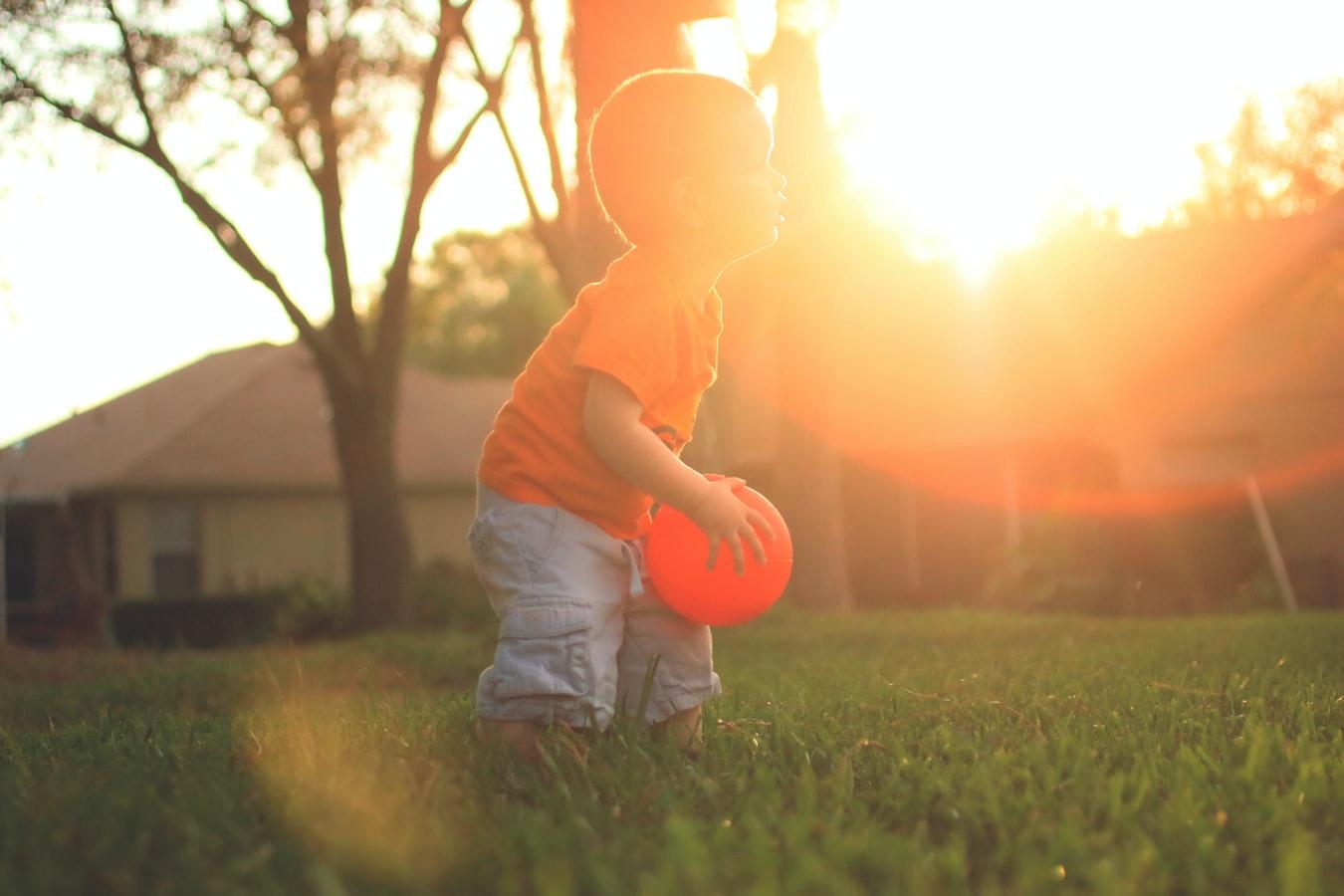 Deti si najlepšie rozvíjajú hrubú motoriku v pohybe vonku. / Zdroj: Unsplash