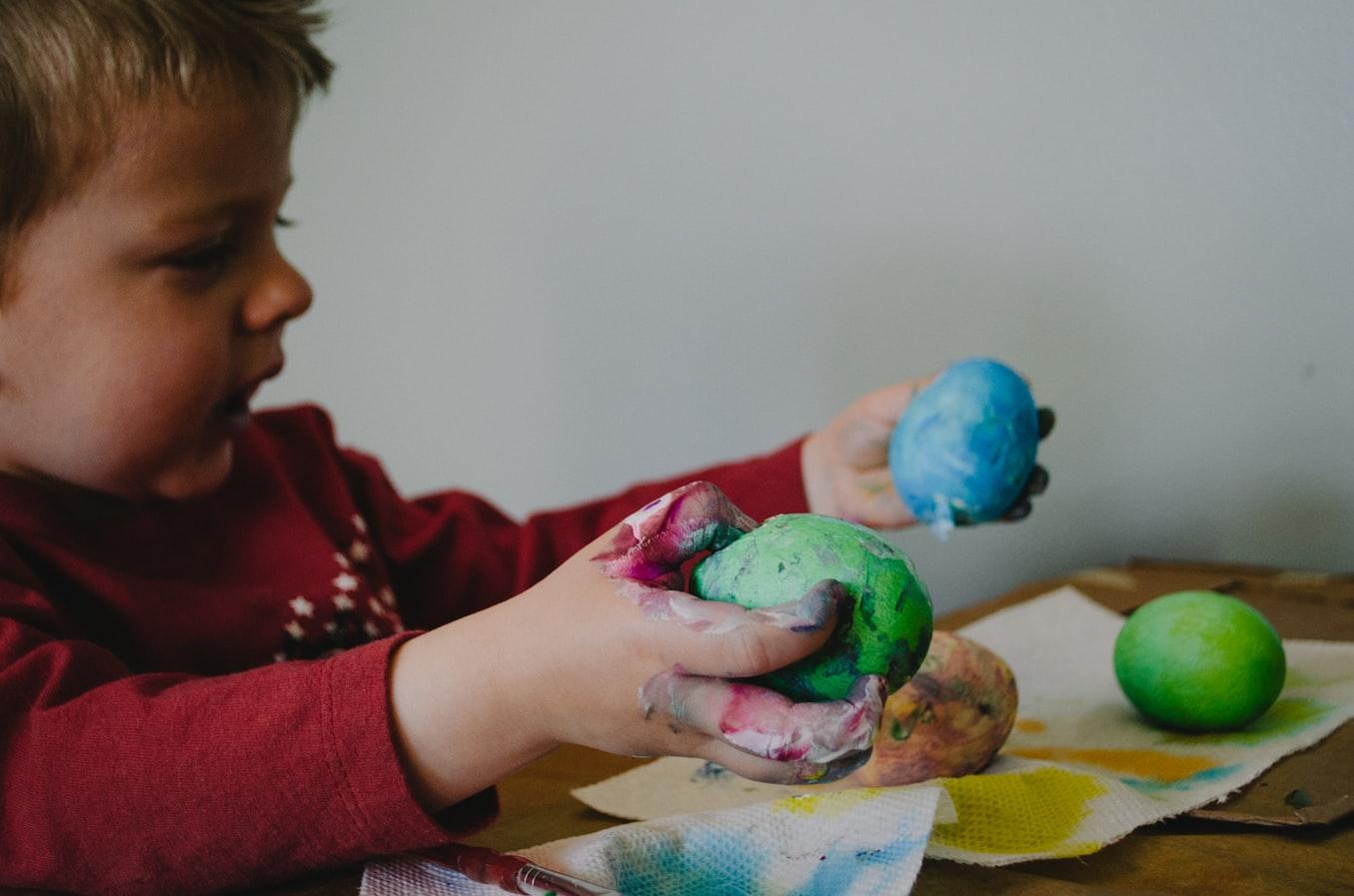 Rozvoj jemnej motoriky môžete podporiť rôznymi aktivitami, ktoré vyžadujú, aby dieťa používalo úchop, prsty i celé zápästie. / Zdroj: Unsplash