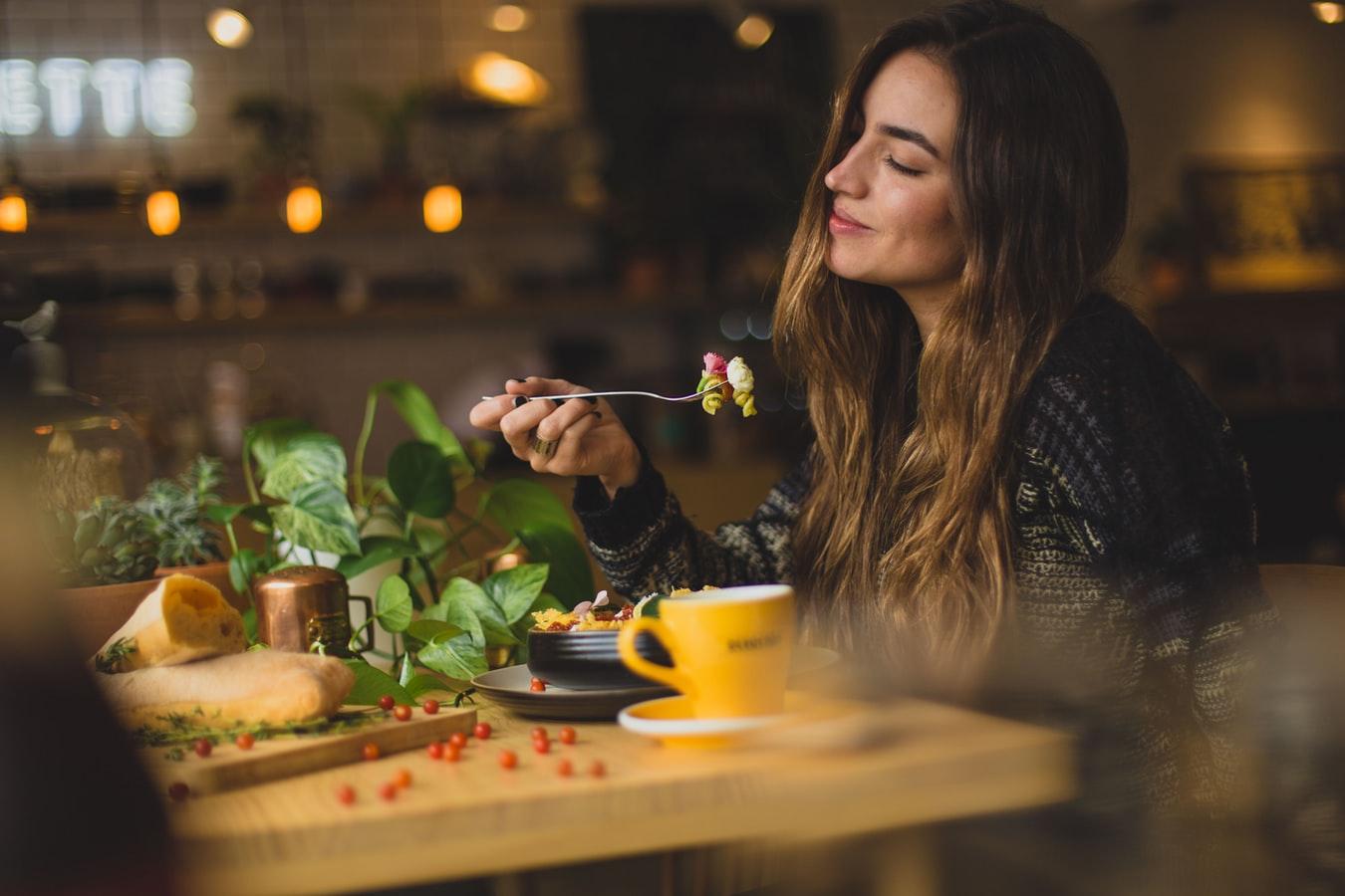Uvedomelé stravovanie alebo všímavosť pri jedle pomáha zníženiu váhy, zlepšuje náladu i trávenie. / Zdroj: Unsplash