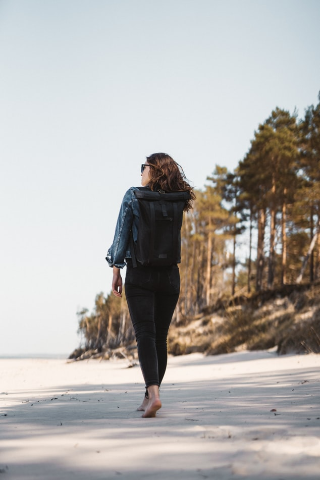 Chodenie naboso treba začať praktizovať taktiež s rozvahou. /Foto: Unsplash