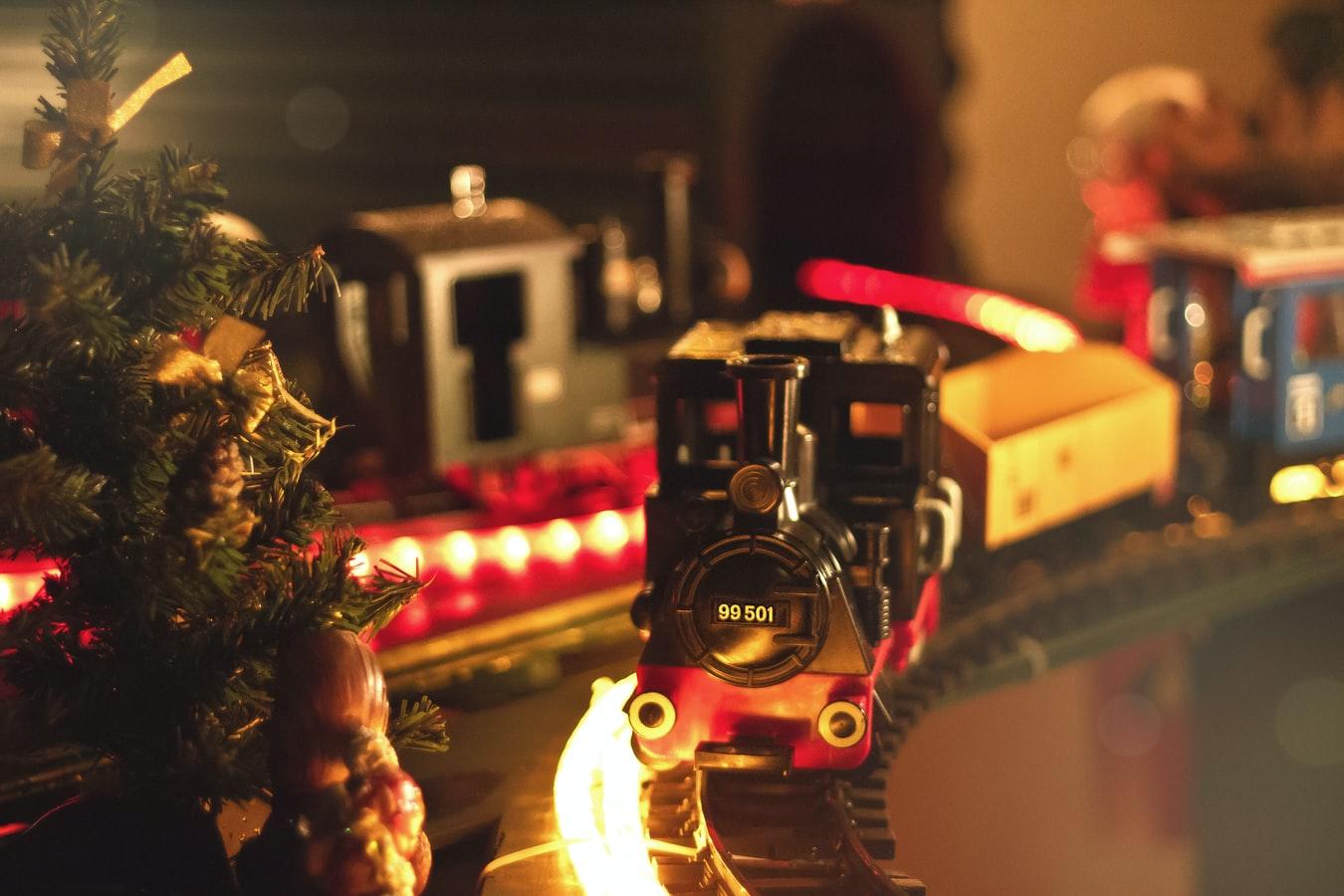 Urobte deťom radosť a zahrajte sa s nimi s vianočnými hračkami. / Zdroj: Unsplash