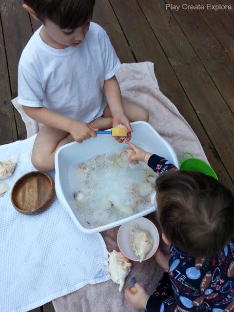 Čistenie nájdených mušlí. Zdroj: platcreateexplore.blogspot.com