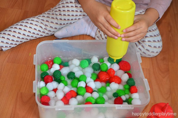 Senzorické hry - pom guličky / Zdroj: happytoddlerplaytime.com