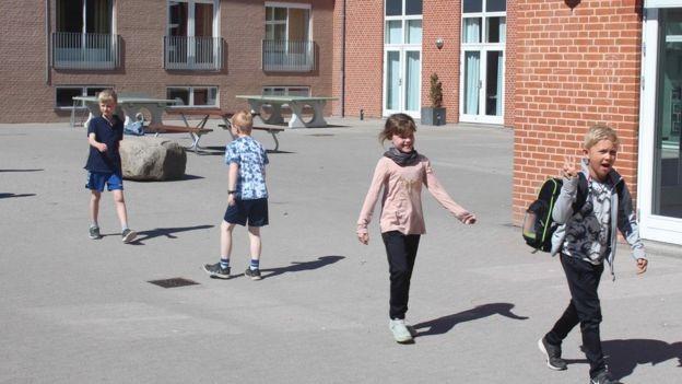 Po otvorení školy v Dánsku sú deti vonku cez prestávky a snažia sa dodržiavať odstupy. / Zdroj: BBC