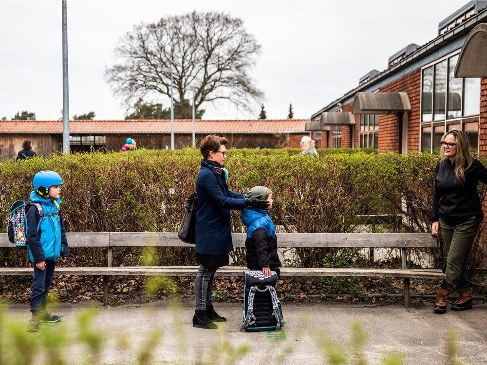 Deti s rodičmi čakajú ráno po znovuotvorení škôl v Dánsku v odstupoch pred školou / Zdroj: Ritzau Scanpix/Bo Amstrup/Reuters
