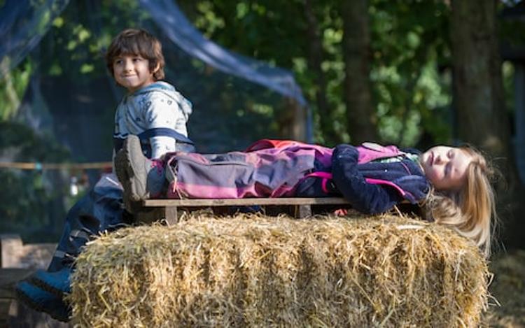 Ellen (3) si urobila v materskej škole  prestávku. / Foto: JAMES LINSELL-CLARK / DANDELION NURSERY