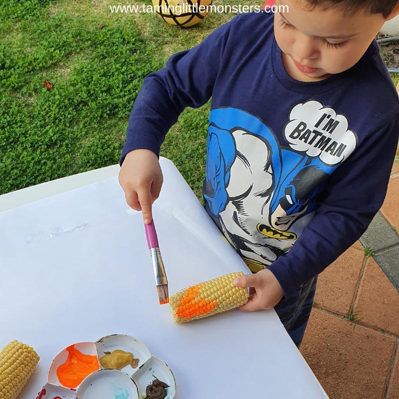 Maľovanie kukuricou / Zdroj: taminglittlemonsters.com