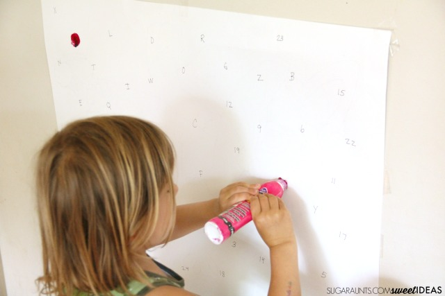 Dieťa sa musí zamerať na konkrétny objekt a ten presne označiť. Zdroj: thetoolbox.com