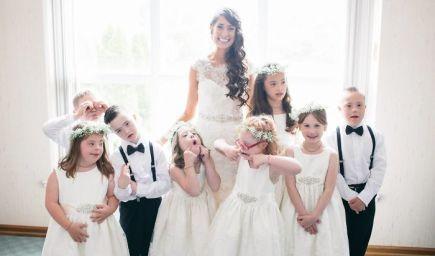Učiteľka vzala celú svoju triedu detí s Downovým syndrómom na svoju svadbu