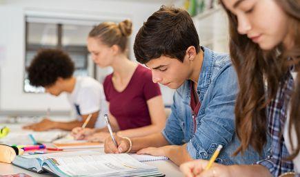Vysoké školy sa musia viac venovať prvákom