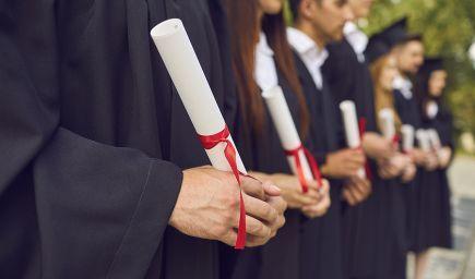 Nadácia Zastavme korupciu: Tisíce študentov promujú s kúpenými prácami