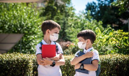 Povinnosť nosiť rúško sa ruší od pondelka pre žiakov ZŠ či špeciálnych ZŠ