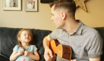Otecko s dcérkou spievajú dojímavú pieseň o večnom priateľstve. Získali si už srdcia miliónov ľudí