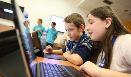 Gates, Zuckerberg, ale aj slovenské osobnosti, dnes vyzývajú školákov k programovaniu