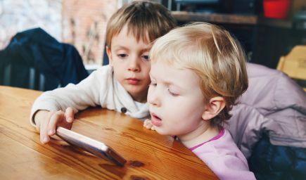 Prsty iPadovej generácie detí nie sú pripravené na písanie, tvrdia lekári i učitelia