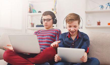 Závislosť dieťaťa na internete: Kedy už trávenie času s mobilom v ruke nie je v poriadku a ako tomu predchádzať?