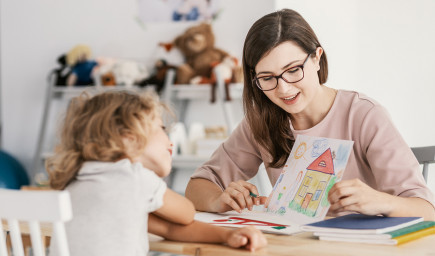 Terapia hrou zameraná na dieťa – prístup, ktorý deťom pomáha prekonávať ťažké obdobia