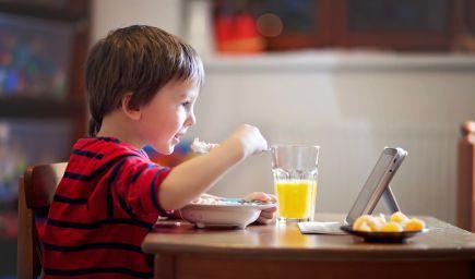 Pozeranie do obrazovky počas jedenia je nebezpečný zvyk. V čom vašim deťom škodí?