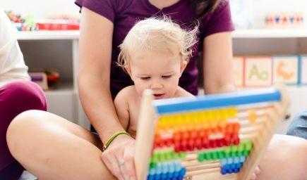 Rozvoj reči dieťaťa ovplyvňujú reakcie rodičov i dotyky, tvrdia štúdie
