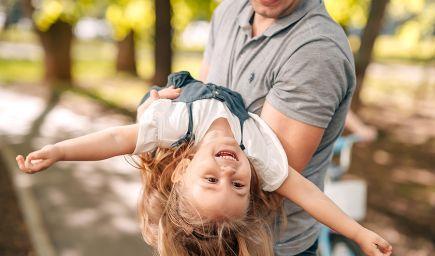 Ak sa otcovia pravidelne hrajú s deťmi, sú pokojnejšie a menej agresívne