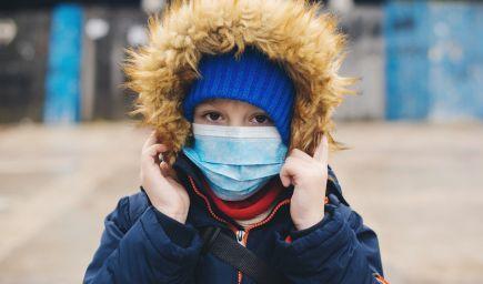 Počet infikovaných detí prudko vzrástol. Analytici tvrdia, že deti teraz do škôl nepatria