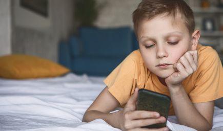 Mali by rodičia kontrolovať deťom mobily? Kde sú dnes rodičovské hranice a ako na ne pozerať, vysvetľujú psychologičky i právnička