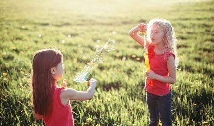 Čo by ste mali deti naučiť o priateľstve