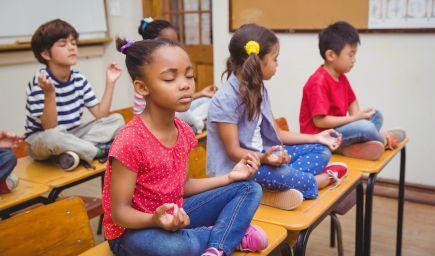 Meditácia v triedach: Zábava či nevyhnutnosť pri zlepšovaní vzdelávania?