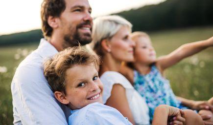 Pozorovaním otcov sa synovia učia vnímať svoje pocity
