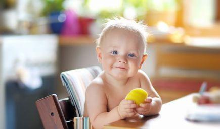 Zavádzanie príkrmov Baby Led Weaning metódou: Žiadna mixovaná strava, dieťa sa kŕmi samo a z jedenia má radosť