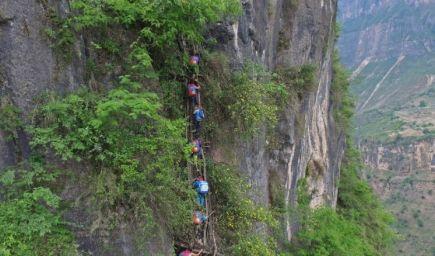 Čínske deti podstupujú desivú cestu do školy