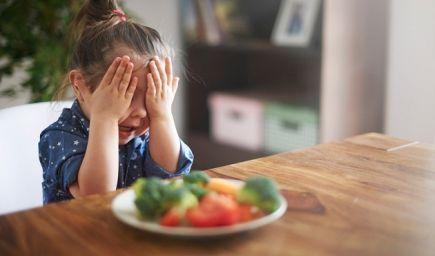 Nechce jesť vaše dieťa zdravé jedlá? Vedci zistili, čo pri presviedčaní zaberá!