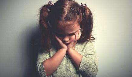 Ako naučiť bojazlivé dieťa kontaktu s ľuďmi?