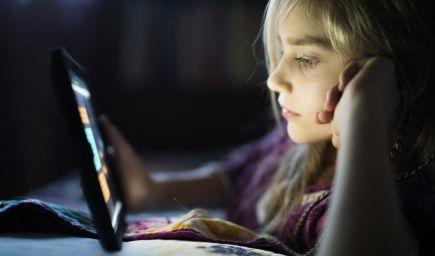 Vďaka sociálnym médiám majú deti mentalitu trojročných detí, varuje neurovedkyňa z Oxfordskej univerzity