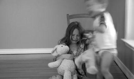 Súrodenecká šikana je omnoho bežnejšia ako šikana v školách, tvrdí štúdia