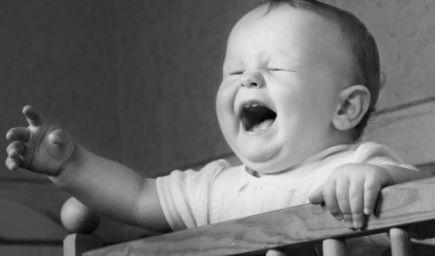 Deti v noci plačú, aby zabránili ďalšiemu tehotenstvu matky, tvrdia vedci