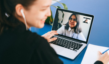 Tipy ako absolvovať online pracovný pohovor